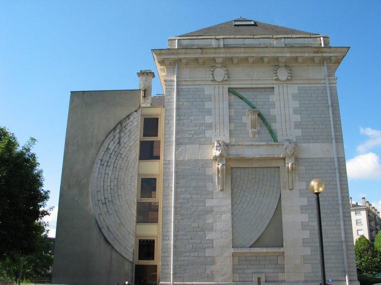 Cercle sur les pignons réalisé par l'artiste François Morellet